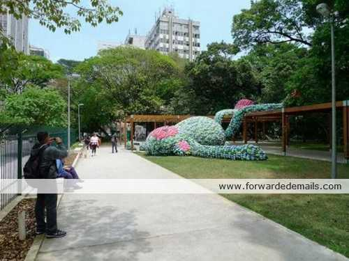 giant flipflop monkey sculpture sanpaulo brazil 1 What is it was made of? image gallery